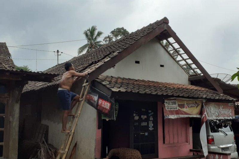 14 rumah dan satu SPBU di Kabupaten Semarang rusak diterjang langkisau