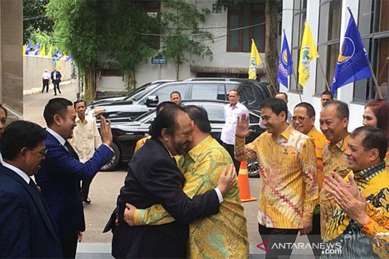 Ketua Umum Partai NasDem berpelukan dengan Ketua Umum Golkar