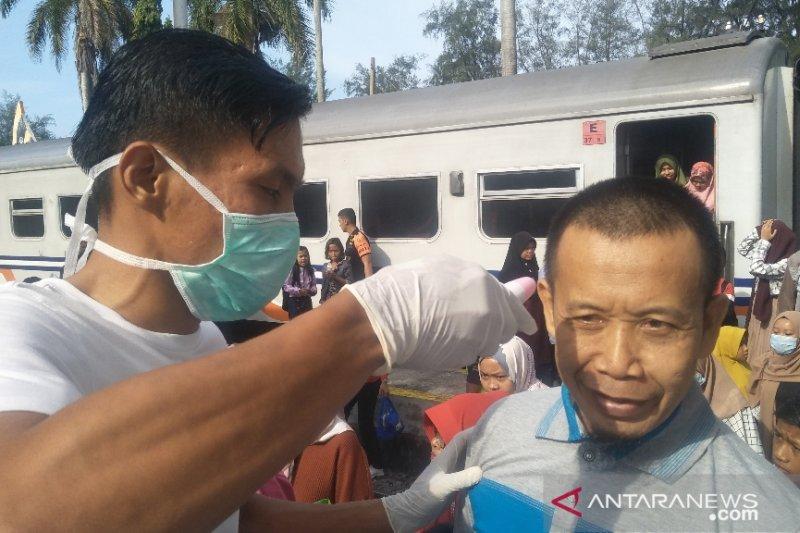 Suhu tubuh penumpang kereta api di Pariaman diperiksa