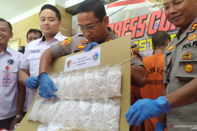 Polisi tangkap sepasang kekasih pengedar 21.040 pil koplo di Denpasar