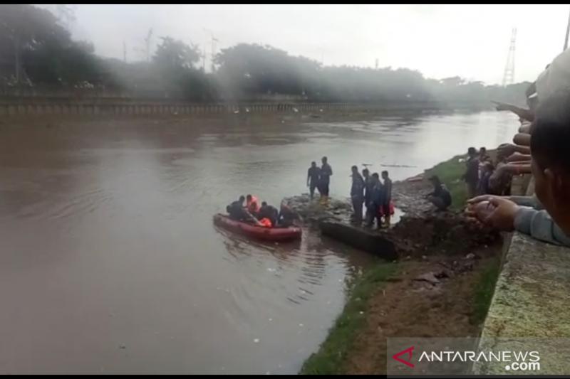 Damkar Jakbar cari remaja tenggelam di Kali Banjir Kanal Barat