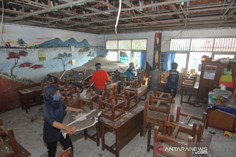 Atap ruang kelas SD Kemiri Muka Depok ambruk
