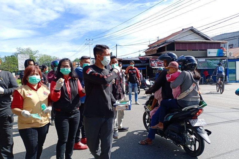 Keluarga besar PDIP Kalbar bagikan masker dan telur rebus