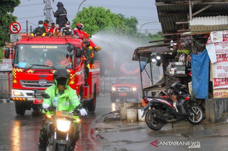 Damkar Jakarta Timur lakukan penyemprotan disinfektan di 16.453 lokasi