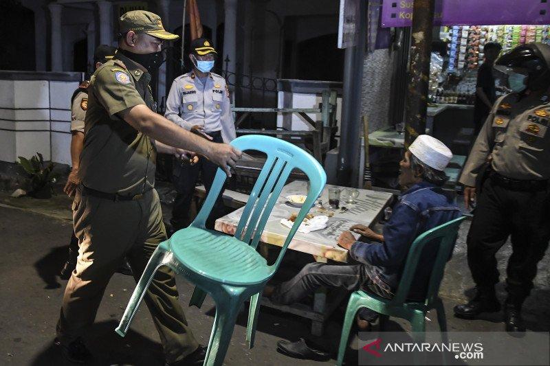Petugas gabungan bubarkan warga yang berkumpul dalam keramaian