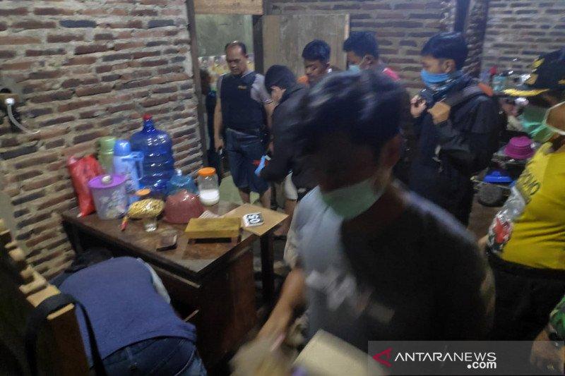 Densus tangkap lima terduga teroris di Batang, satu diantaranya tewas