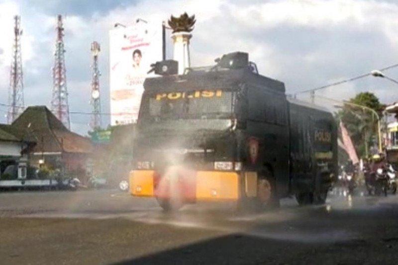 Polres Banjarnegara semprotkan disinfektan di jalan protokol