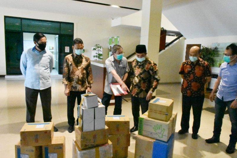 Kadin Kalbar berikan bantuan APD tangani COVID-19 di Pontianak