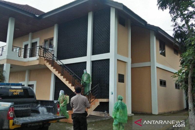Pemkab Gowa semprot disinfektan di vila Idrus Paturusi