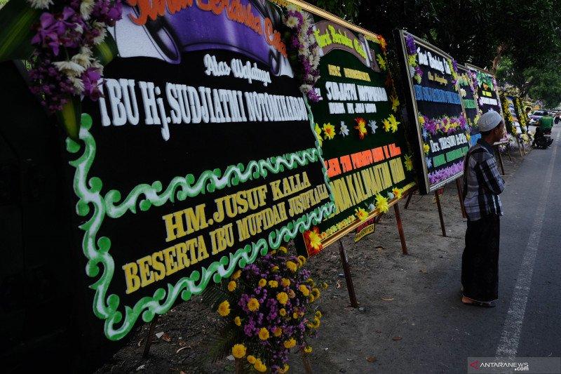 Karangan bunga untuk Almarhumah Ibunda Presiden Joko Widodo