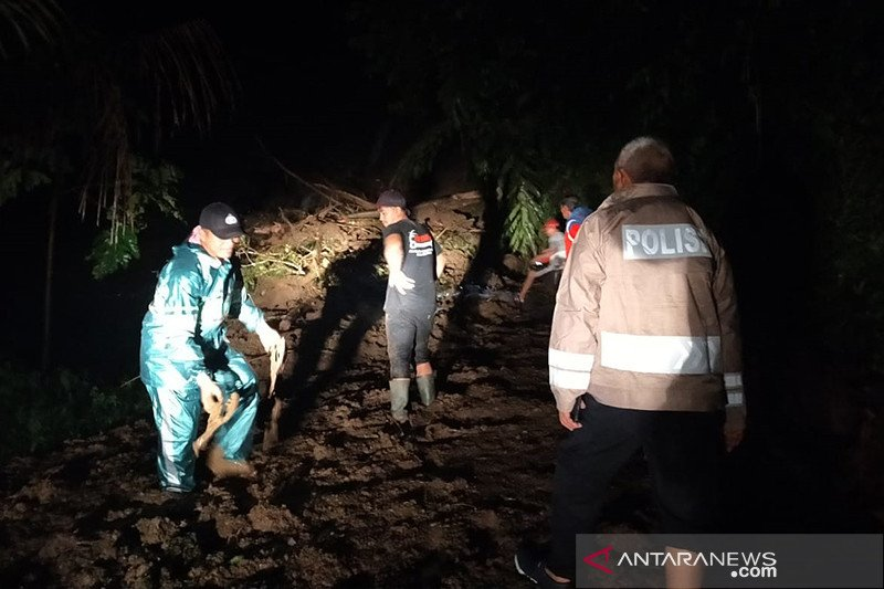 Jalur penghubung antar kabupaten Cianjur-Bandung putus akibat longsor