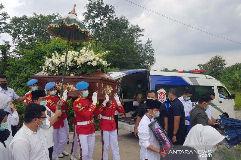 Presiden Jokowi langsung tinggalkan makam Mundu usai pemakaman ibunda