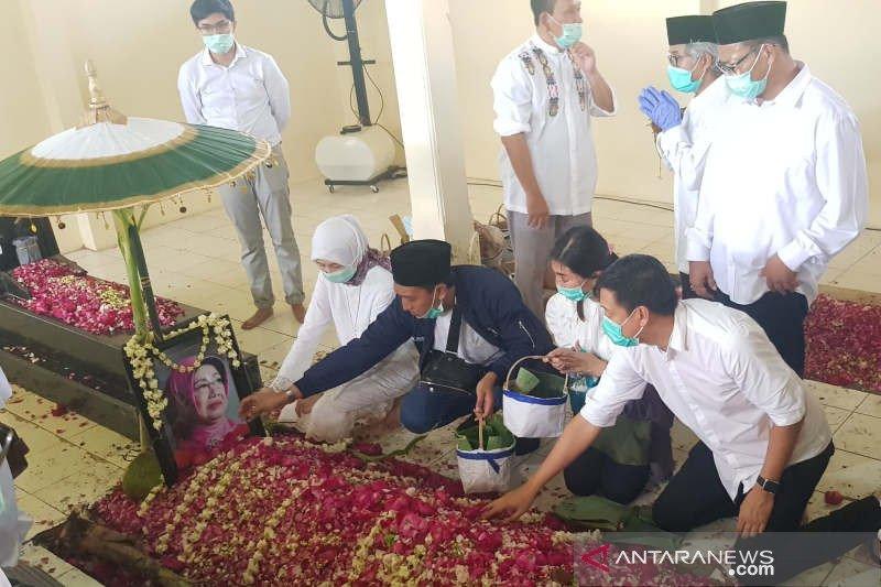 Pelayat serbu pusara almarhumah Sudjiatmi usai Presiden Jokowi pulang