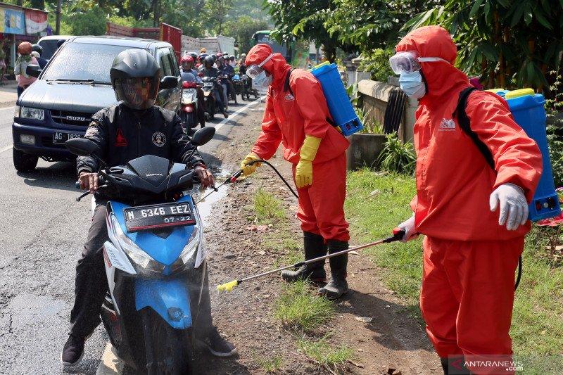 Penyemprotan cairan disinfektan di jalan lintas Blitar - Malang