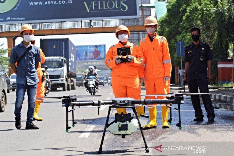 Pemkot Bekasi gunakan drone semprot jalan protokol dengan disinfektan