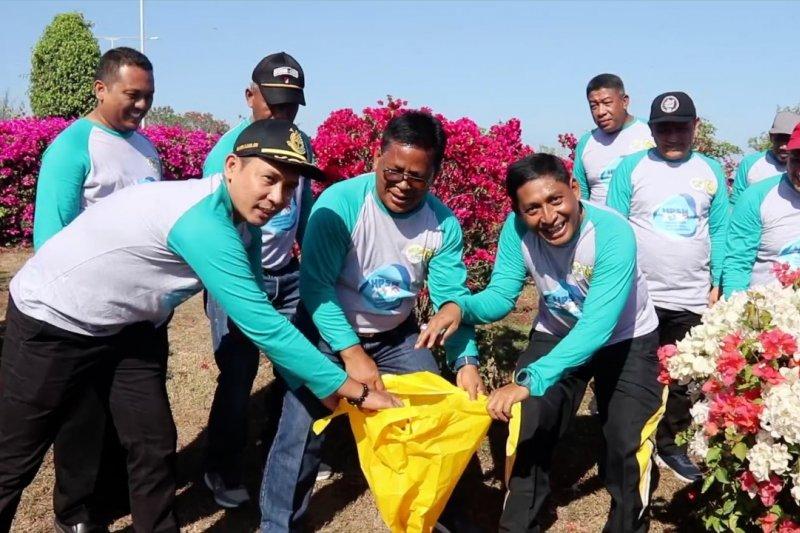Ratusan warga aksi bersih-bersih di Pantai Ulee Lheue