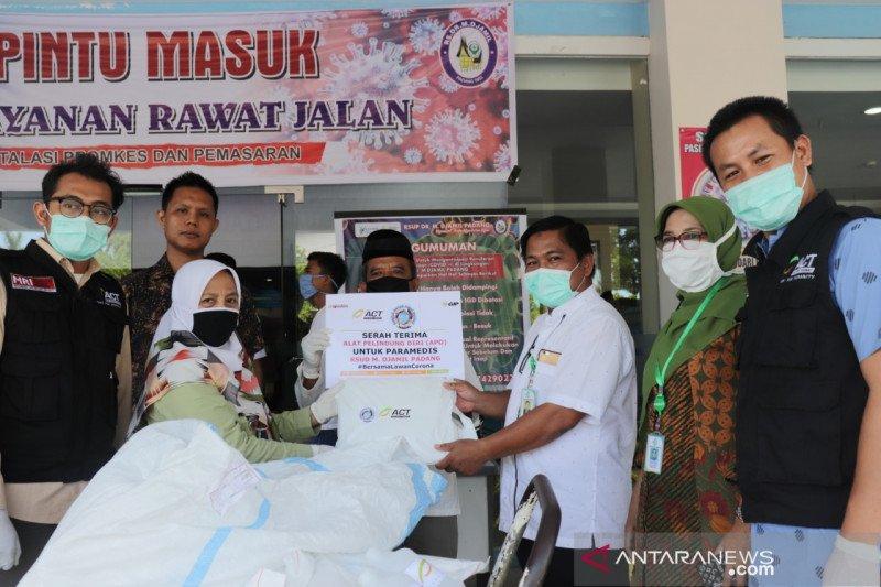 ACT Padang, mitra-alumni FK Unand serahkan 114 APD bagi RSUP M Djamil