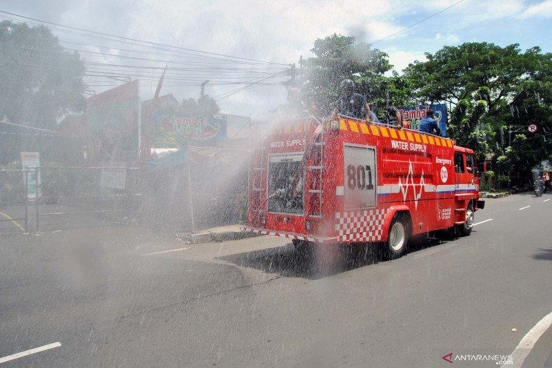 Penyemprotan disinfektan di jalan utama kota Bogor