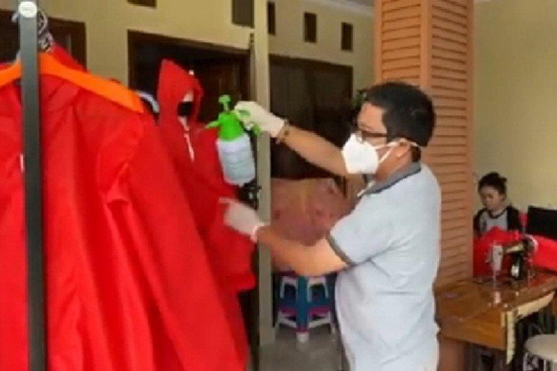 FTI UMI terima donasi kain Spunbond untuk pembuatan baju APD