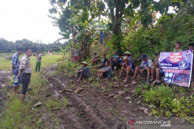 Sosialisasi bahaya COVID-19 di Kotabaru dilakukan hingga ke sawah