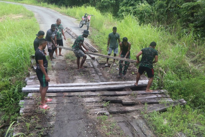 TNI bantu warga di perbatasan Indonesia-PNG perbaiki jembatan kayu