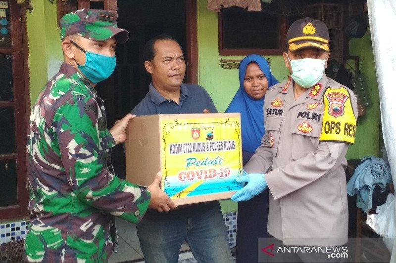 Polres Kudus bagikan paket sembako bagi warga terdampak COVID-19