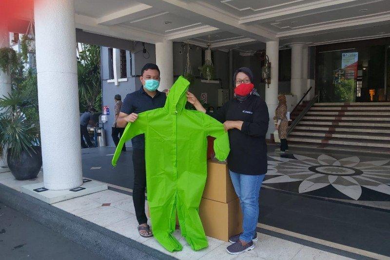 Putra Risma bantu 100 baju APD ke Pemerintah Kota Surabaya