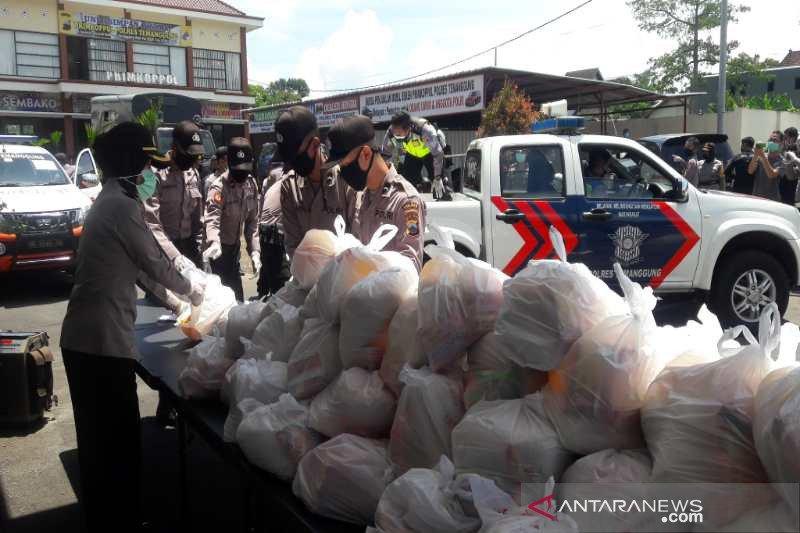 Polres Temanggung bantu kebutuhan pokok warga terdampak COVID-19