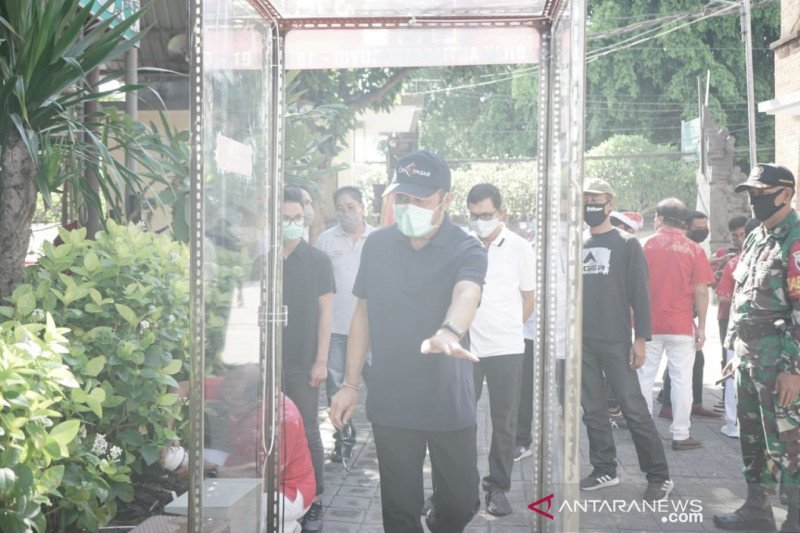 Pasar rakyat di Denpasar dipasangi bilik antiseptik cegah COVID-19
