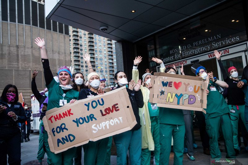 Dukungan masyarakat umum untuk petugas medis di Manhattan, Amerika