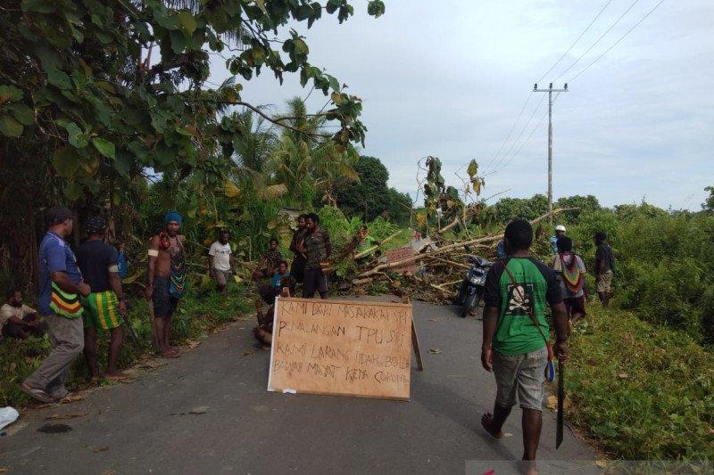 Personel Polres Mimika bubarkan secara paksa warga blokade jalan TPU di Timika