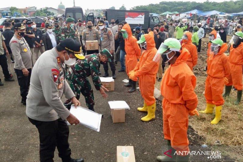Petugas pemakaman khusus COVID-19 di Tegal Alur terima bantuan sosial