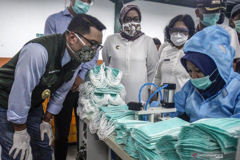 Gubernur Jabar kunjungi pabrik masker