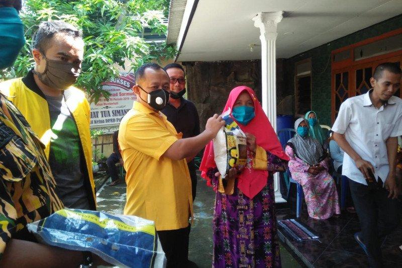 Ketua Golkar Jatim kawal pembagian sembako AMPG di Surabaya