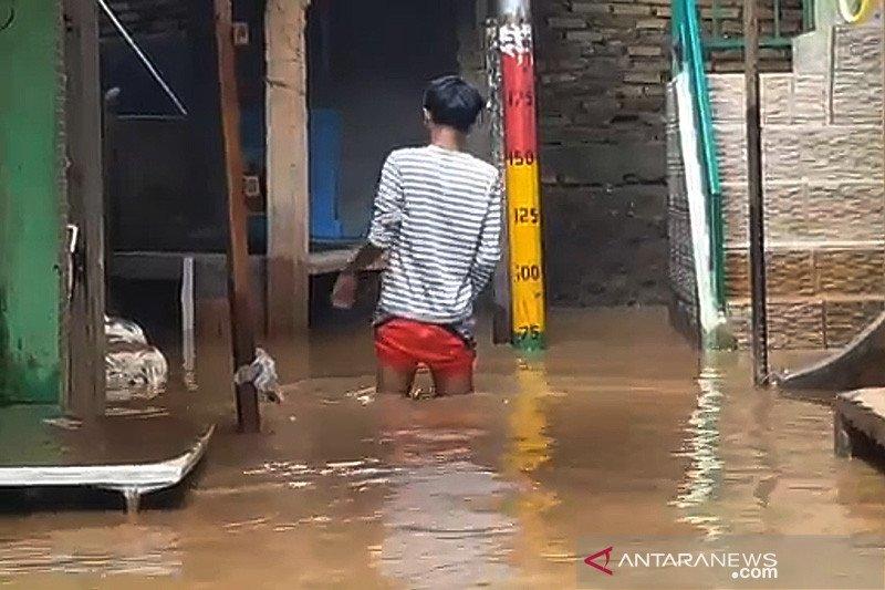Rumah penduduk Kebon Pala Jaktim terendam banjir kiriman
