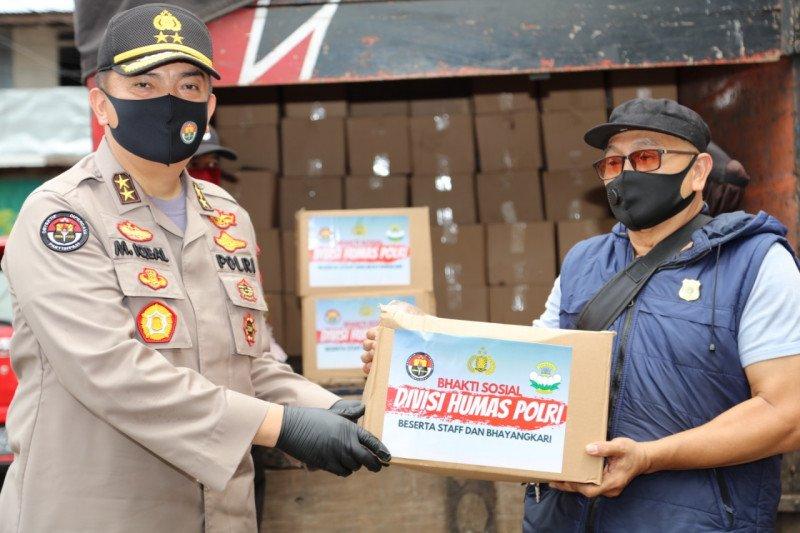 Divhumas Polri bagikan 1.000 sembako untuk warga terdampak COVID-19