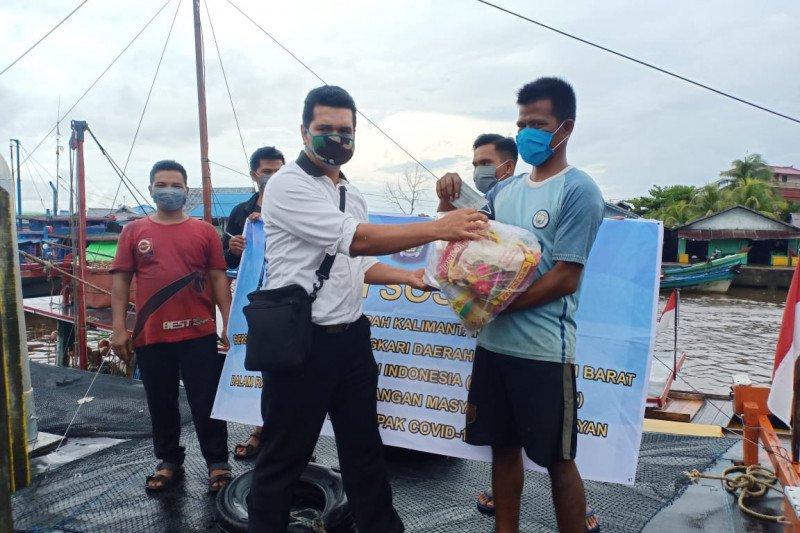 Polda Kalbar berikan bantuan 800 paket sembako pada nelayan