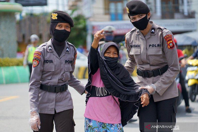 Polwan bagikan masker gratis saat peringati Hari Kartini