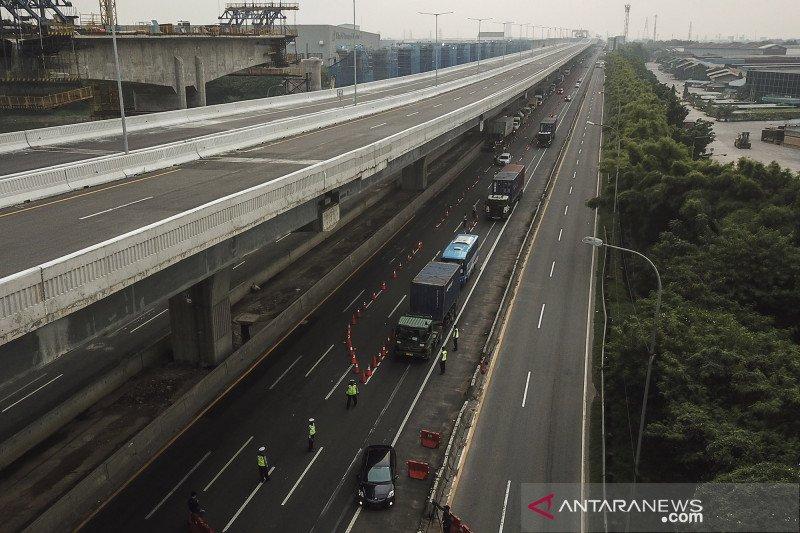 Foto udara penyekatan pemudik di tol Jakarta-Cikampek