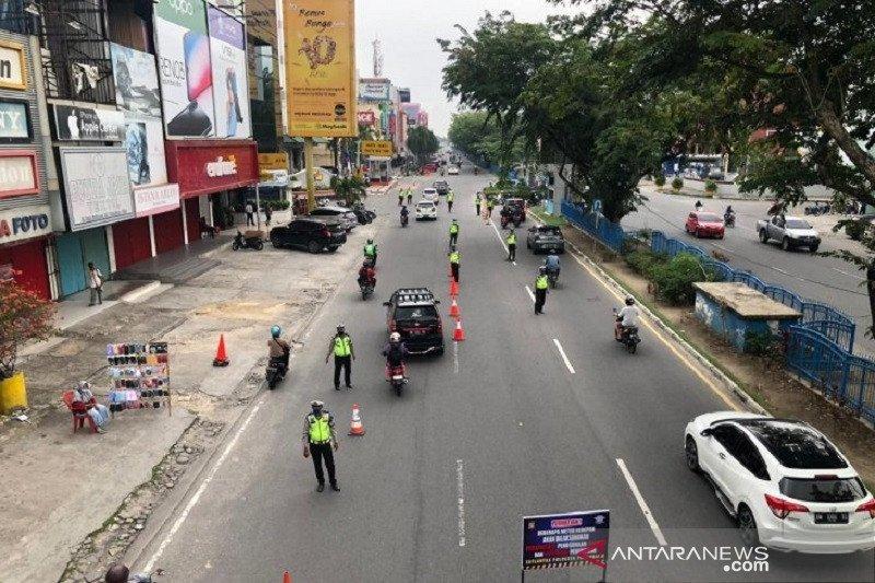 Polisi tutup jalan utama Pekanbaru pada siang hari