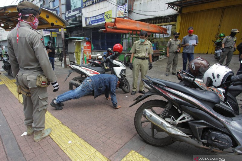 Kemarin, pria ancam anggota polisi hingga akhir PSBB Jakarta