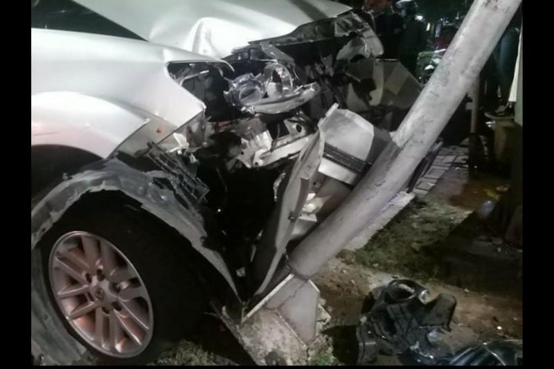 Truk hantam mobil mewah di Jalan S Parman
