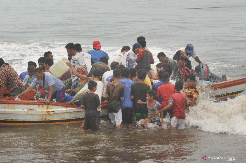Berkerumun tanpa masker saat PSBB di Padang