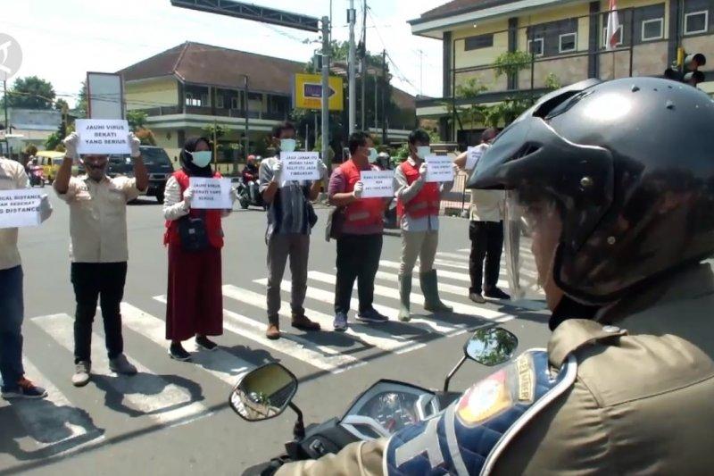 Kesadaran warga rendah, IJTI Tapal Kuda dan PMI bagikan masker gratis