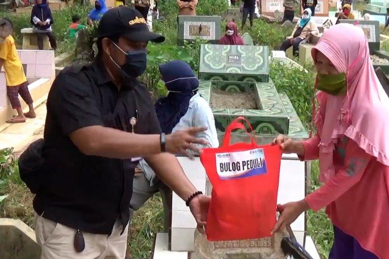 Bulog bagikan sembako gratis untuk para penggali & pembersih kuburan