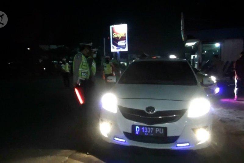 Nekat mudik, puluhan kendaraan dari zona merah dihadang polisi