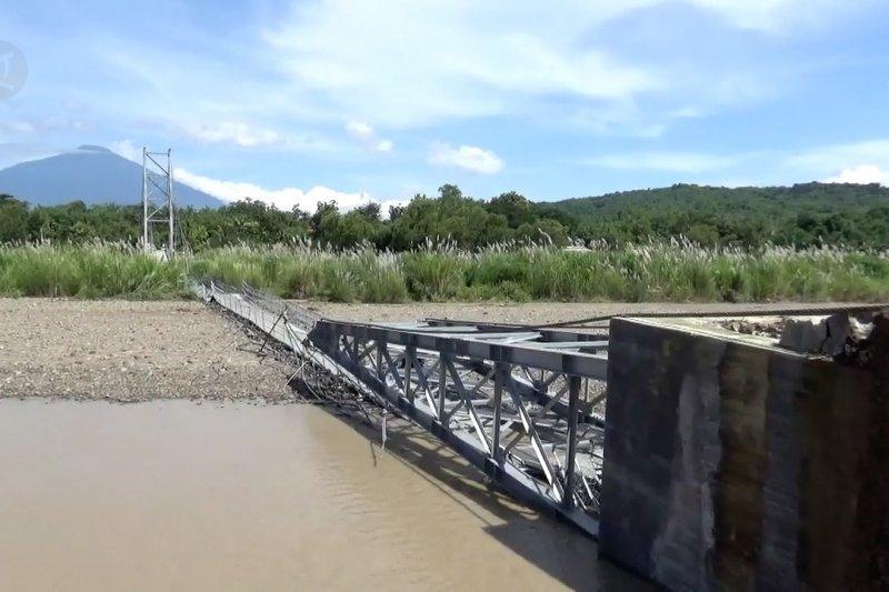 Jembatan gantung di Kabupaten Kuningan putus akibat hujan deras