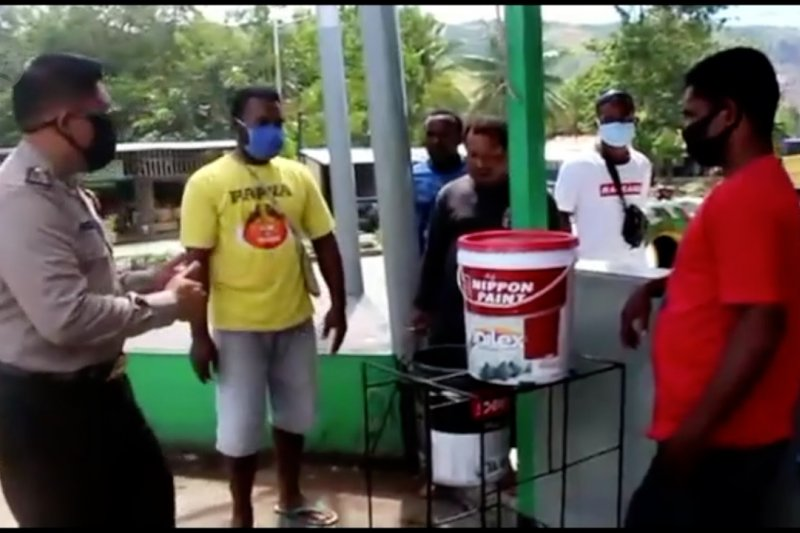 Polisi kreatif, manfaatkan bahan terbuang jadi tempat cuci tangan