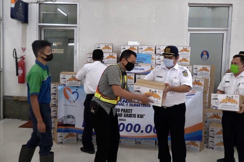 PT KAI Sumut bagikan sembako kepada pekerja dan warga