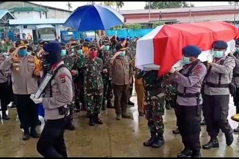Tiga jenazah polisi korban penembakan dilepas dengan tradisi militer